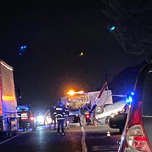 Rocambolesco incidente a Meta di Sorrento. Auto si ribalta